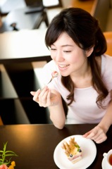 食べる女性イメージ