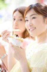 ご飯を食べる女性イメージ