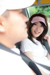 ゴルフをする男女イメージ