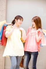 友達とショッピングする女性イメージ