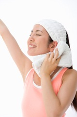 スポーツで汗を流す女性イメージ