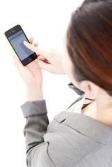 スマートフォンで検索する女性イメージ