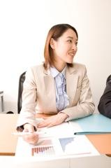会議をする女性イメージ
